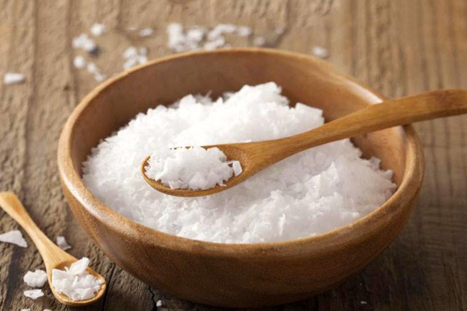 Rửa vùng kín bằng nước muối.